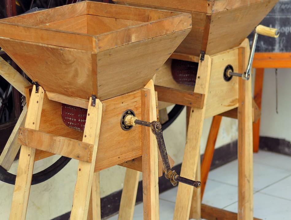 Pulper buatan pengrajin di Mandailing Natal Sumatera Utara ini sangat cocok untuk dipakai oleh petani kopi di Cibulao. Operasional pulper yang manual ini tidak memerlukan biaya dan tetap menghasilkan proses yang benar.