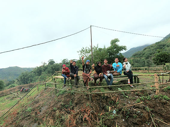 Di Tanjung, yaitu sisi bukit di Dusun Tabuakkang merupakan lokasi paling ideal untuk mendengar derau angin gunung. Bisikan alam yang membuat kita menyatu bersama semesta.