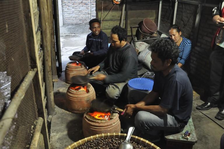 Buat Gani kopi merupakan produk kebudayaan. Kebudayaan dari Humbang Hasundutan musti dibawa oleh kopi. Mungkin ini yang membuatnya menyangrai kopi dengan memanggangnya langsung di atas tungku. Anda musti mendatanginya langsung Gani, sebab tak satu bijipun ada kopi yang over roasted.