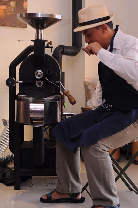 Menyangrai dengan menggunakan mesin sangrai modern lebih nyaman, dan biji kopi memiliki tingkat kematangan yang seragam. Secanggih apapun mesin sangrai, tetap diperlukan pengamatan visual dan penciuman untuk menentukan kapan biji kopi di keluarkan dari mesin sangrai. (foto mesin sangrai di Rumah Kopi Ranin)