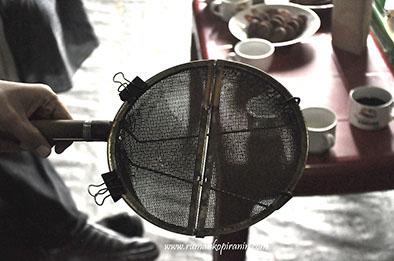 Alat Roasting sederhana yang terbuat dari ayakan stainless steel ini asalnya dari Jepang. Tetapi kini seorang Juru Sangrai Gani Silaban di Lintong Nihuta mempraktekannya untuk menyangrai kopi dari kampung halamannya Nagasaribu. (foto Rumah Kopi Ranin)