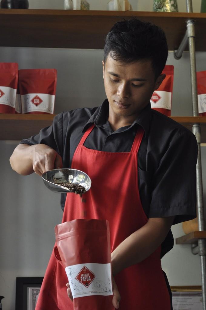 Indonesia memerlukan banyak sekali tenaga terampil di bidang perkopian, mulai dari pekebun kopi yang memiliki pengetahuan dan ketrampilan mumpuni, juru sangrai (roaster), tester kopi, peracik kopi dan juga tenaga untuk administrasi bisnis. Sampai hari ini Indonesia belum memiliki sekolah khusus kopi.